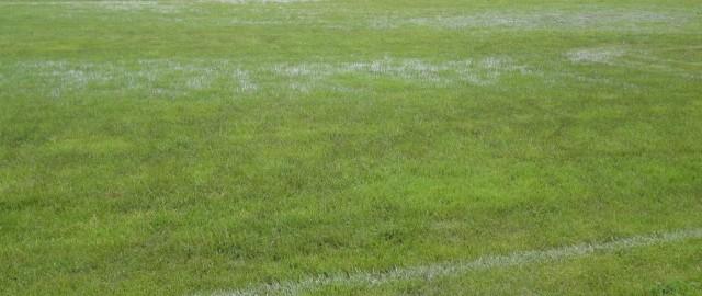 odpovedi tekem se zaradi poplavljenosti igrišča vrstijo..