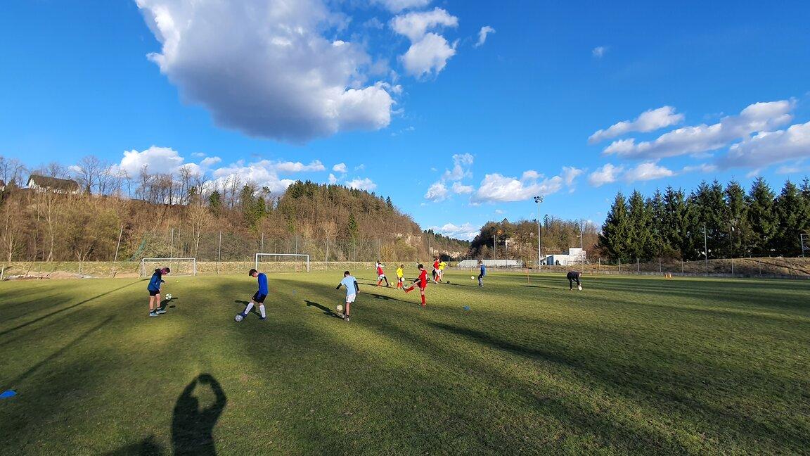S soncem obsijano nogometno igrišče